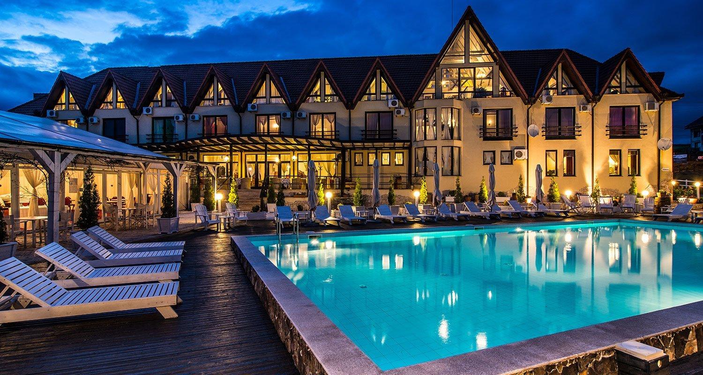 piscina noaptea conac archia